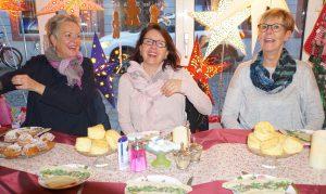Teilnehmer des Englischkurses haben sichtlich Spaß beim Weihnachtsfrühstück