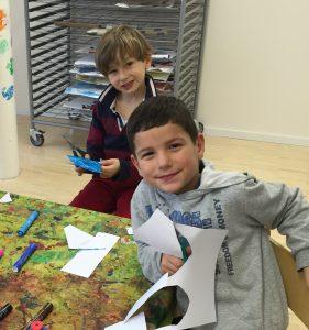 Kinder basteln im Englischkurs