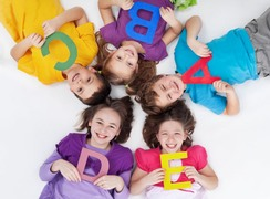 Kinder mit Buchstaben